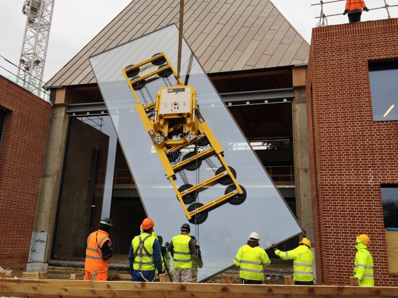 Hydraulica 4000 lifting glass into a private house