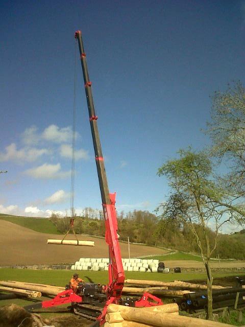 UNIC mini spider crane helps build log cabin