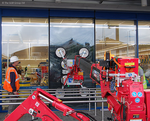 GL-UMC600 attachment and mini crane removing broken glass at supermarket