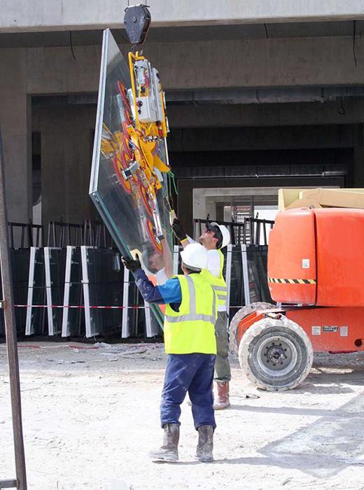 Kombi 7441-Quadra lifting glass at Moet factory