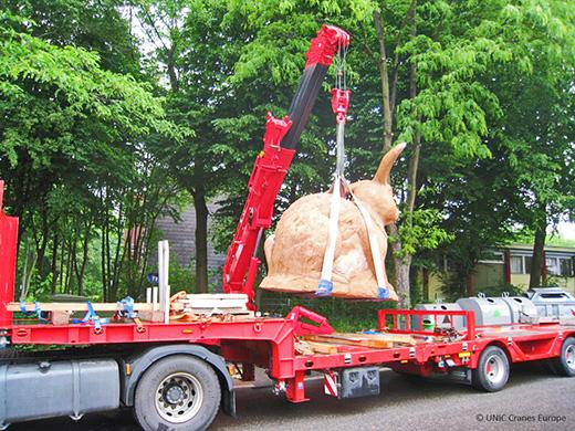 UNIC URW-706 lifts giant rabbit
