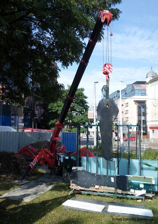 UNIC mini spider crane lifting memorial in Czech Republic