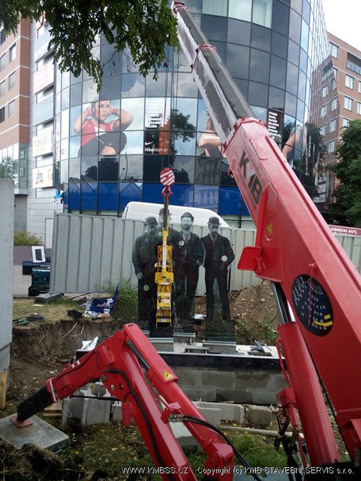 UNIC URW-295 mini crane installs glass memorial in Prague
