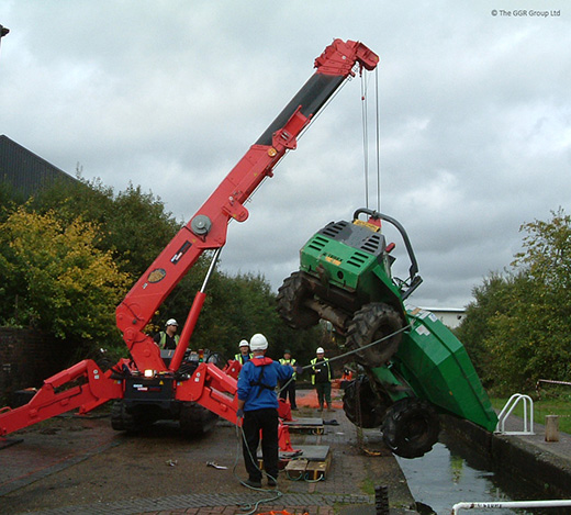UNIC URW-706 rescues dumper from canal