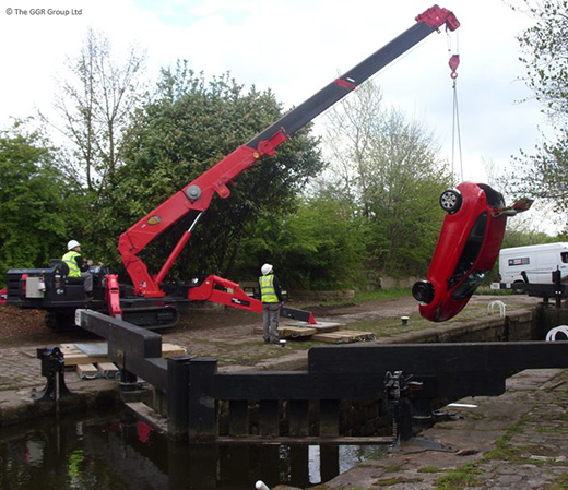 UNIC URW-706 lifting car out of canal