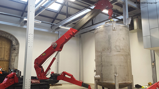 UNIC URW-706 mini crane lifts drum