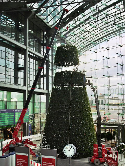 UNIC mini crane installing Berlin station Christmas tree