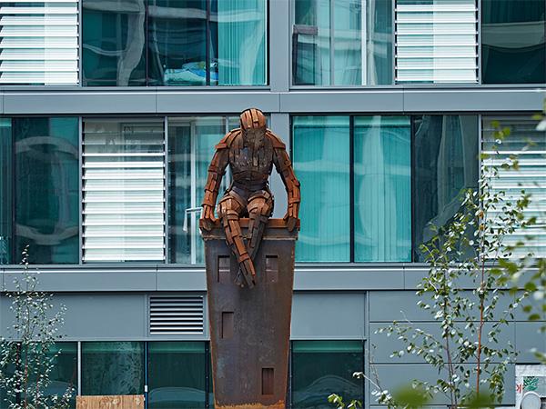 GGR Spider Crane Lifts Sheffield Man of Steel Sculpture