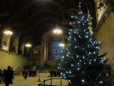 GGR UNIC URW-095 Spider Crane Brings Christmas Cheer to Westminster