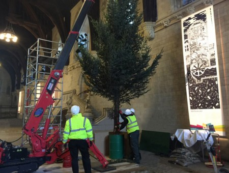GGR UNIC URW-095 Spider Crane Brings Christmas Cheer to Parliament