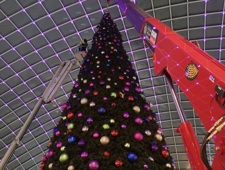 UNIC Crane Builds Leeds Christmas Tree